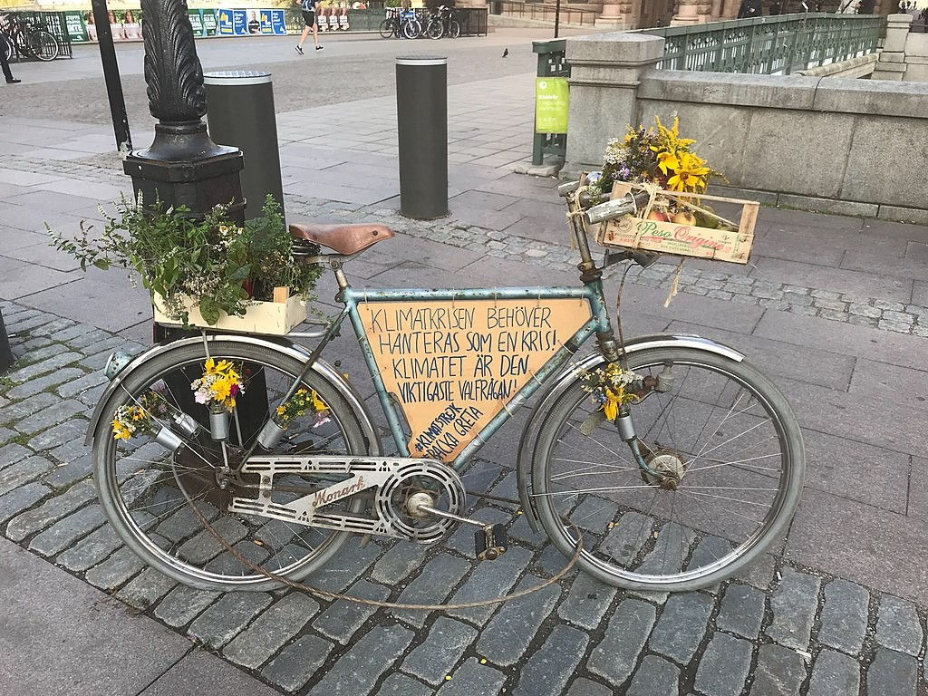 1024px-Old_town_Stockholm_the_bike_of_Greta
